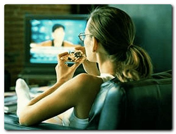 женщина перед телевизором