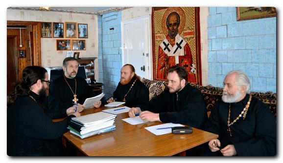 священники на собрании